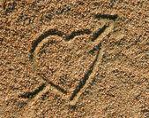 Icono del corazón el amor en la arena — Foto de Stock