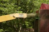 Déchiqueteuse à bois industriel en action — Photo