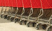 Fila de carritos de compras rojo — Foto de Stock