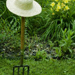 Garden fork and straw hat — Photo