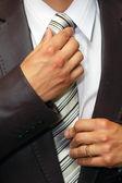 Uomo cravatta sanatoria mani — Foto Stock