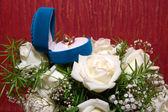 обручальные кольца в синей коробке и роза — Стоковое фото