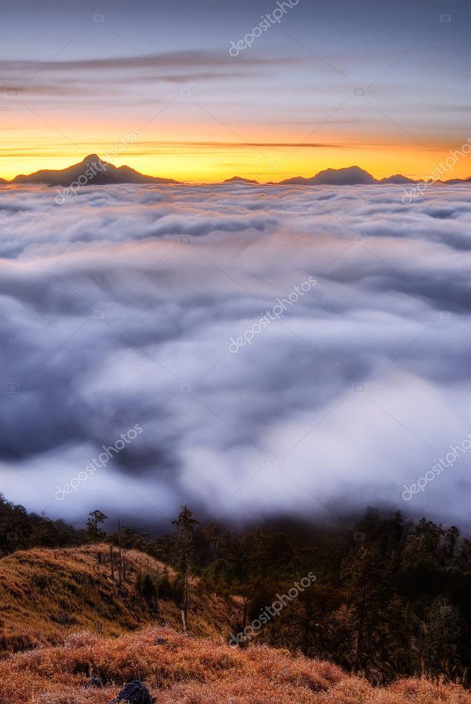 云运动在山中的风景– 图库图片