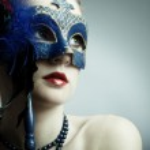 la hermosa joven con una máscara — Foto de Stock