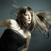Het mooie meisje in zwarte jurk — Stockfoto