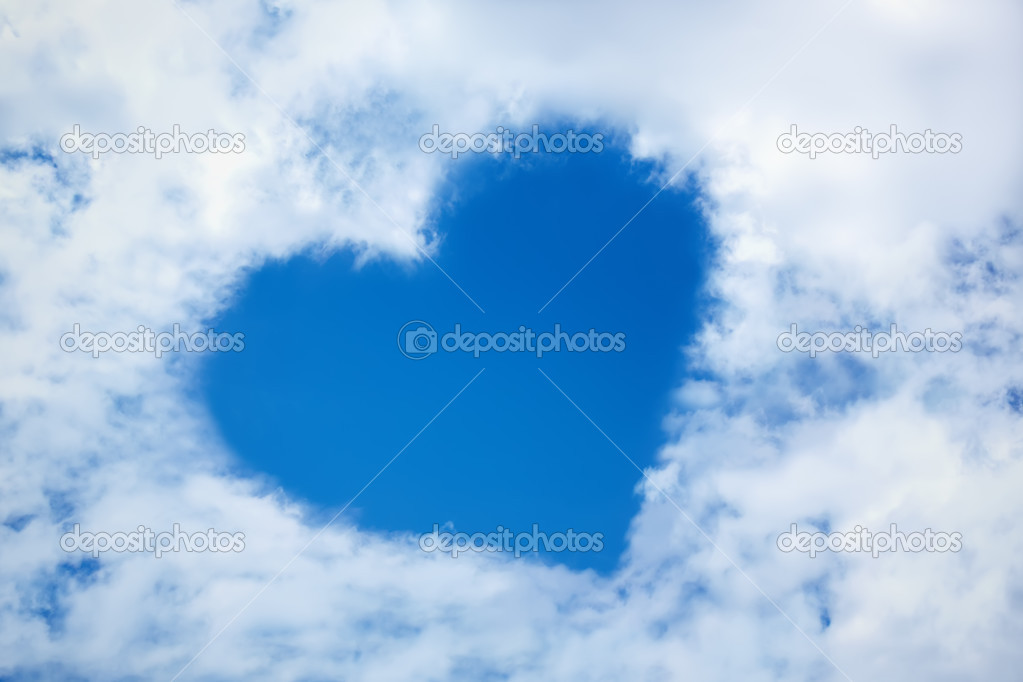 Heart from cloud in the blue sky — 图库照片 #3377673