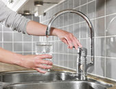 Llenar un vaso de agua — Foto de Stock