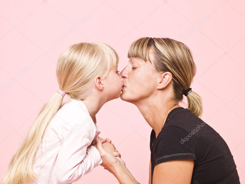 Целуется с дочкой 3 фотография