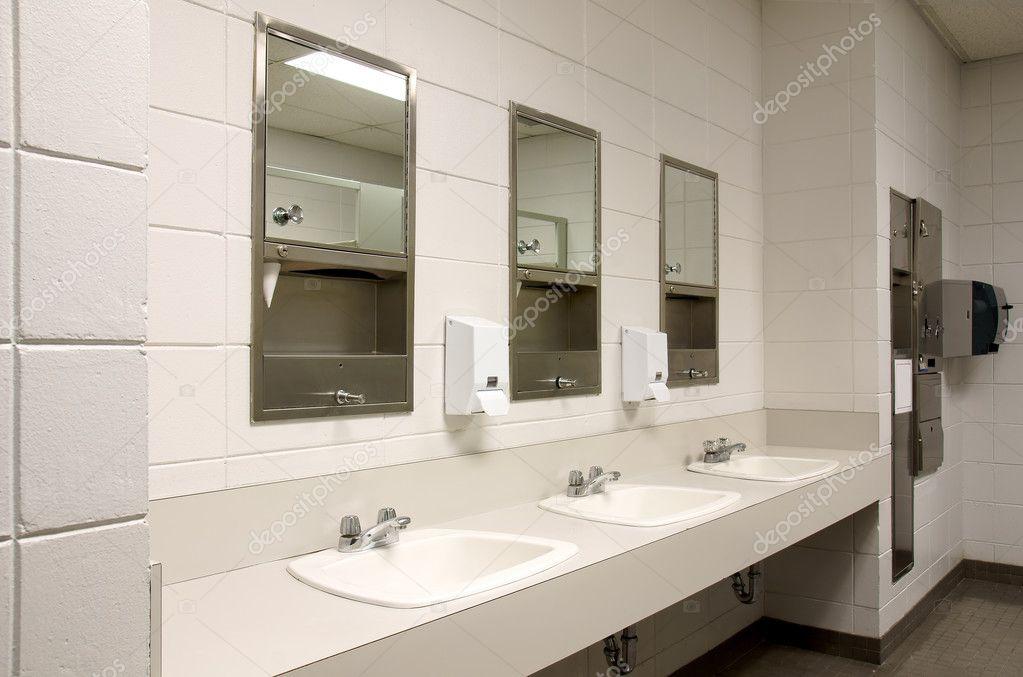 Handfat Toalett : Stark offentlig toalett ? stockfotografi � mirage