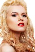 赤い唇と美しいブロンド — ストック写真