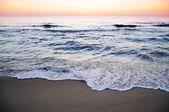 Waves shplashing at dawn — Stock Photo