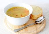 овощной / куриный суп с хлебом и ложкой — Стоковое фото