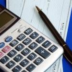 ελέγχει και να πληρώνουν τους λογαριασμούς με το γράψιμο των ελέγχων που απομονώνονται σε μπλε — Φωτογραφία Αρχείου