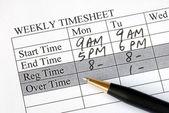 Llenar la hoja de tiempo semanal de nómina — Foto de Stock