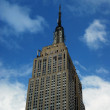 Empire state building i new york city med en blå himmel — Stockfoto