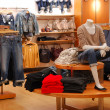 Foto Stock: Shopping in causal clothing store