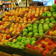 Shopping some fruits in a supermarket — Lizenzfreies Foto