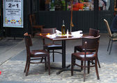 Empty dinning tables in an outdoor restaurant — Stock Photo