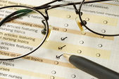 Customer fills in the feedback survey — Stock Photo