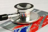关于信用卡概念的检查的财务健康的听诊器 — 图库照片