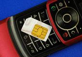 青に分離された sim カード付き携帯電話 — ストック写真