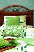 Zielony łóżko — Zdjęcie stockowe