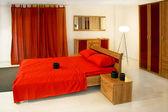 Büyük, kırmızı yatak — Stok fotoğraf