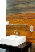 Hölzerne badezimmer — Stockfoto