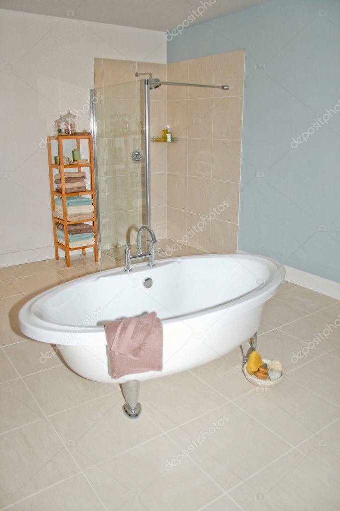 大圆浴缸及淋浴间浴室
