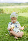 The boy with apple — Stockfoto