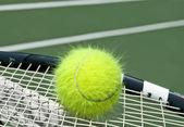 Balle de tennis jaune électrifiée — Photo