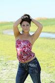 молодые кавказской подросток девушка на улице в джинсы и топ — Стоковое фото