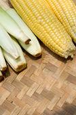 竹托盘上玉米收获 — 图库照片