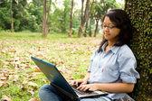 Vrouwelijke college student werkt aan een laptop — Stockfoto