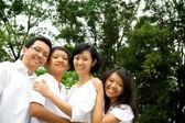 アジアの民族の家族の肖像画 — ストック写真
