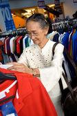 Starszy kobieta zakupy na sprzedaż — Zdjęcie stockowe