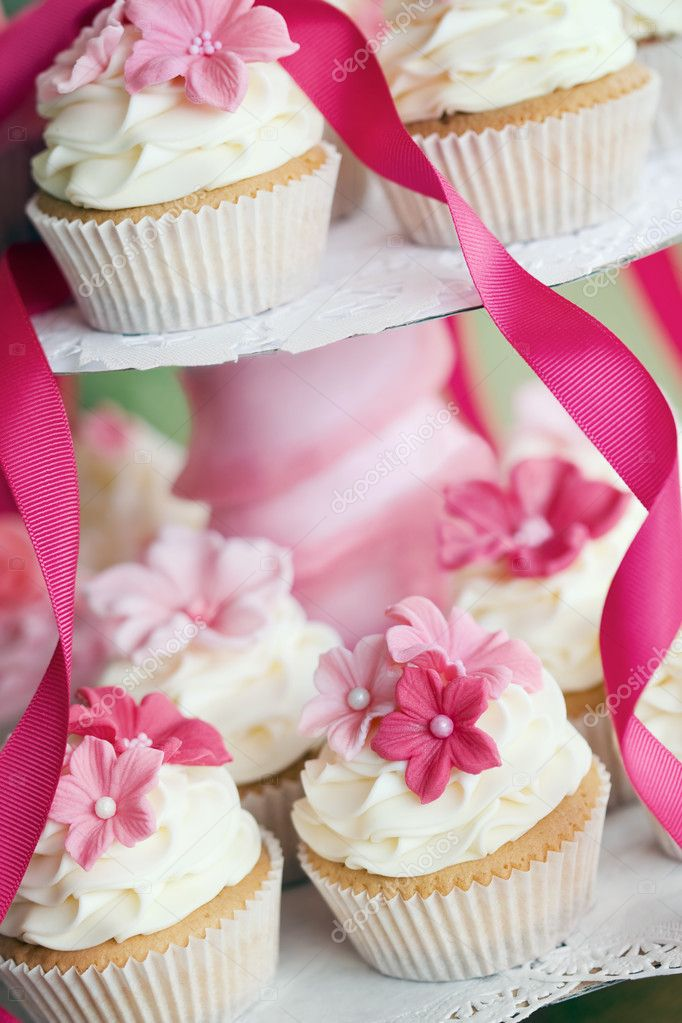Cupcakes decorated with pink sugar flowers — Stock Photo #3152305