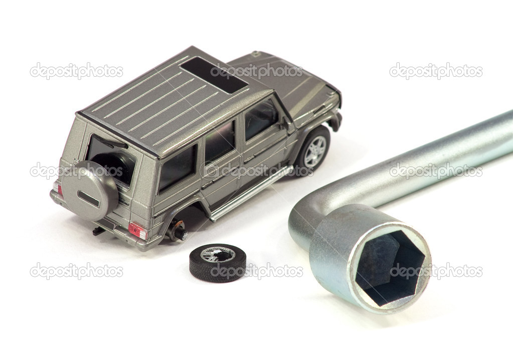 The car with the broken wheel and the tool for its repair — Stock Photo #3033144