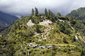 Pohled z nepálské vesnice s krásnou hill — Stock fotografie