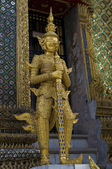 Traditional thai statue at grand palace — Photo