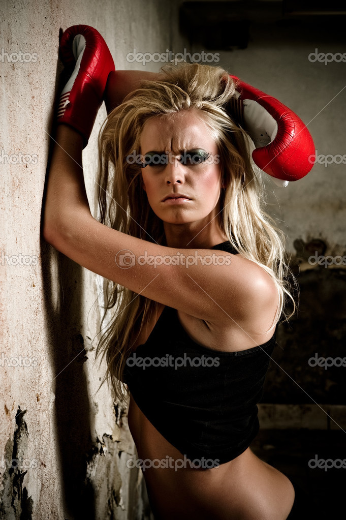 Boxer girl posing with red boxer gloves — Stock Photo #2716031