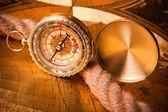 旧指南针和绳子 — 图库照片