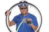 Cyclist looking through wheel — Stock Photo