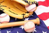 Baseballs glove and flag — 图库照片