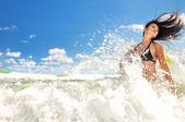 Belle fille jouant dans l'océan — Photo