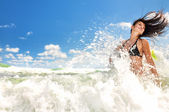 Menina bonita, salpicos de água no oceano — Foto Stock