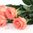 Roses and wedding rings - Stockfoto