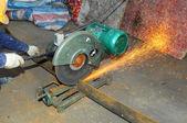 Snijden van metaal in de verwerkende industrie — Foto de Stock