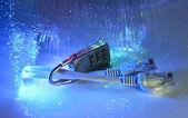 Zámek a síťový kabel s pozadím optické vlákno — Stock fotografie