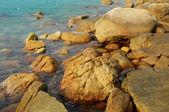 Um mar e rochas é um belo litoral — Foto Stock